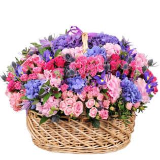 Цветы в корзинке с гортензиями